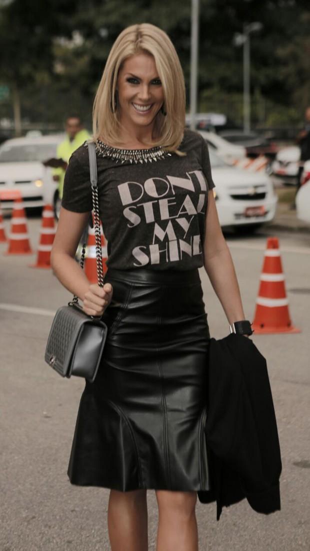 Ana Hickmann exibe estilo rocker com blusa com estampa