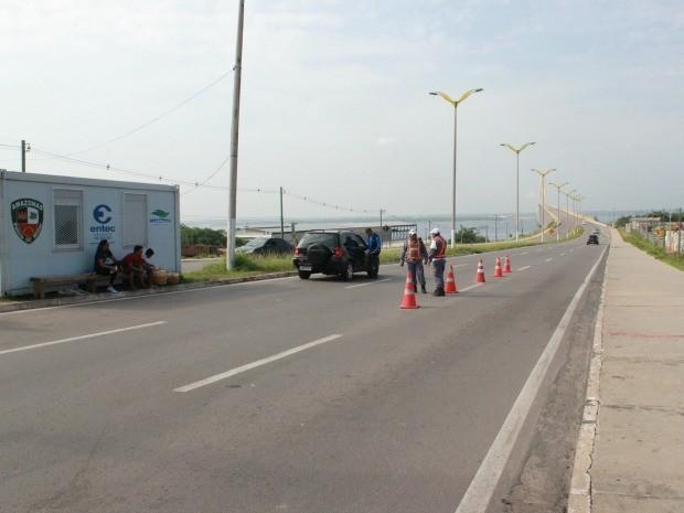Polícia Militar e Arsam estão com equipes de fiscalização na Ponte Rio Negro, em Manaus (Foto: Adneison Severiano/G1 AM)