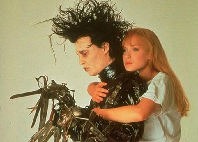 """Ok, ok: Winona Ryder e Johnny Depp já namoravam havia uns meses quando fizeram o inesquecível e impossível par de 'Edward Mãos de Tesoura' (1990). Mas olha que lindo: foi logo após as filmagens que o ator pediu a mão da atriz em casamento. Eles não chegaram ao altar, porém Depp estava literalmente marcado por Winona, com a tatuagem """"Winona forever"""". Após o fim do romance, em 1993, ele alterou a """"tattoo"""" para """"Wino forever"""", que significa """"bebum para sempre"""". Nada como bom-humor! (Foto: Reprodução)"""