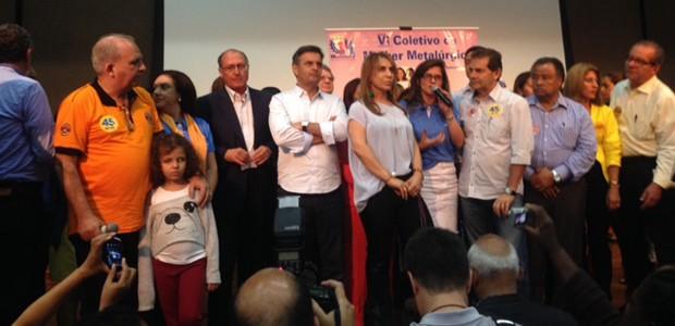 O candidato Aécio Neves (ao centro, de branco) em atividade de campanha no Sindicato dos Metalúrgicos de São Paulo (Foto: Tahiane Stochero/G1)