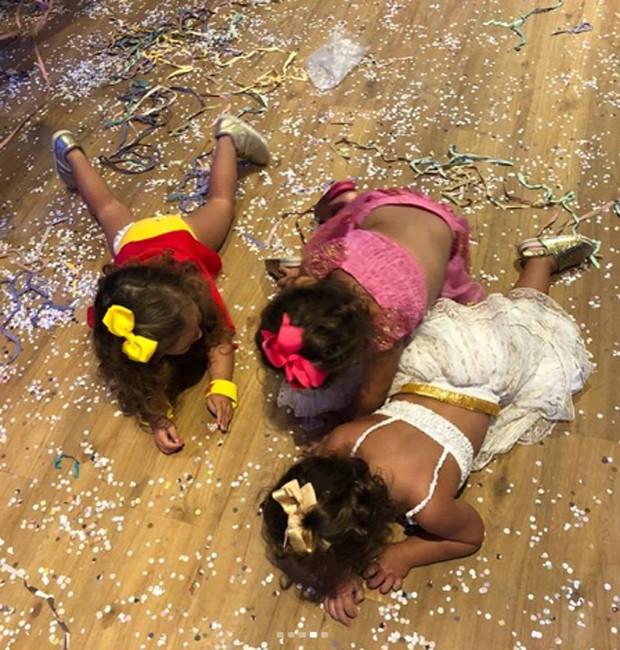 Sophia se diverte com amiguinhas e confetes em baile de Carnaval (Foto: Reprodução/Instagram)