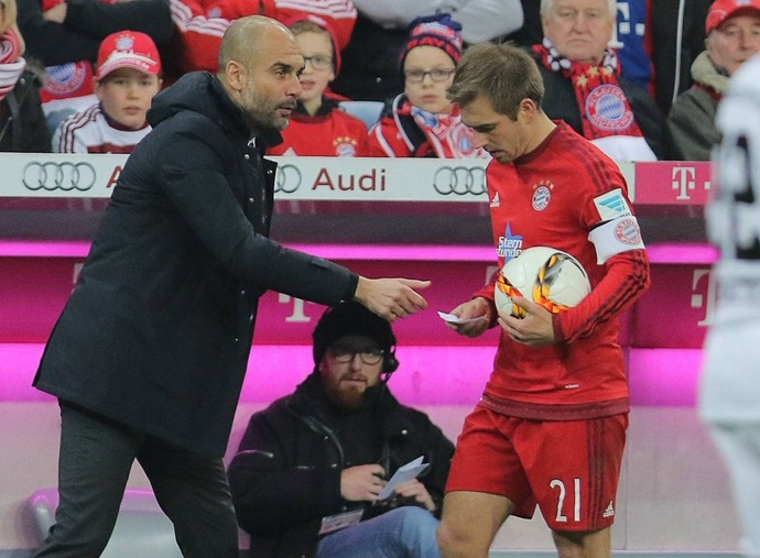 Guardiola entrega o bilhete a Lahm (Foto: Reprodução/Twitter oficial do Bayern)