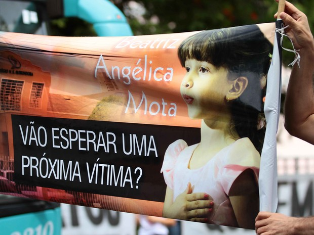 Protesto dos parentes e Beatriz Mota no palácio do Governo, no Recife (Foto: Marlon Costa/Pernambuco Press)