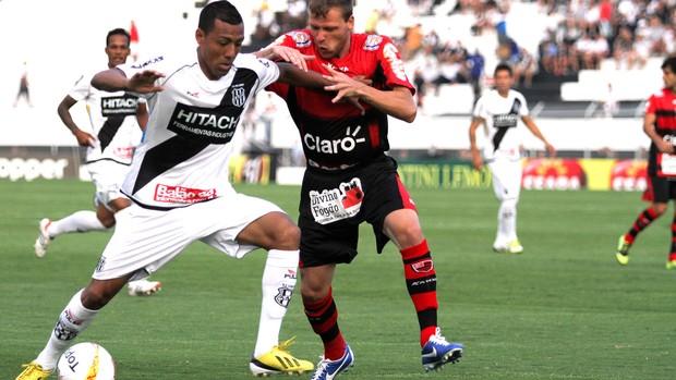 Luis Ramírez da Ponte Preta na partida contra o Oeste (Foto: Ag. Estado)