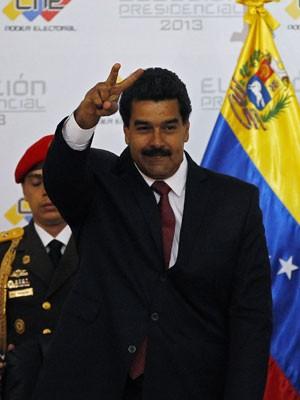 Maduro acena após chegar ao Conselho Nacional Eleitoral, em Caracas (Foto: Reuters)