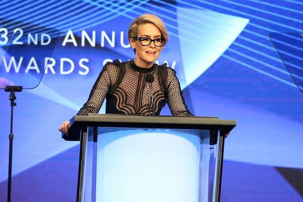 A atriz Sarah Paulson faz seu discurso de agradecimento durante o Television Critics Association Awards (Foto: Getty Images)