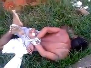 Criminoso foi amarrado por populares e deixado em cima de formigueiro em Teresina (Foto: Reprodução/Youtube)
