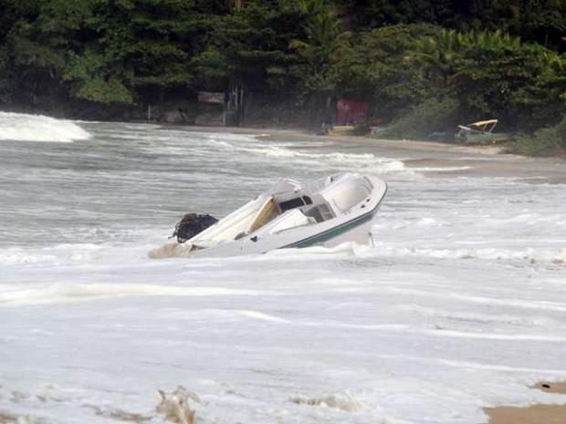 Lancha ainda está no mar mesmo após semanas do acidente (Foto: Daniella Matias Leite / VC no G1)