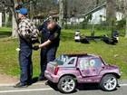 Americano é preso após ser flagrado dirigindo carro rosa de brinquedo