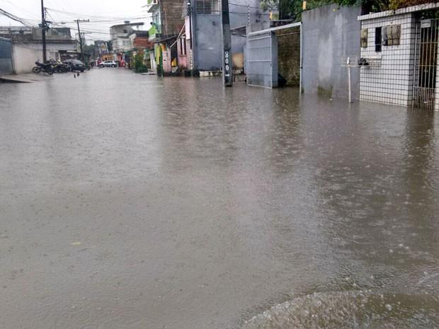 Um dos bairros inundados no Recife foi o dos Torrões, na Zona Oeste  (Foto: Everaldo Silva / TV Globo)