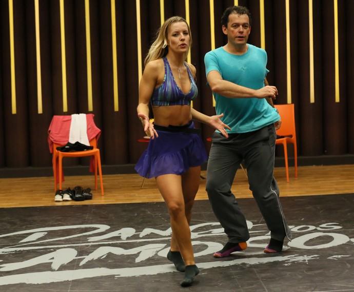 Fernando Rocha risca a pista no rock do Dança dos Famosos (Foto: Isabella Pinheiro / Gshow)