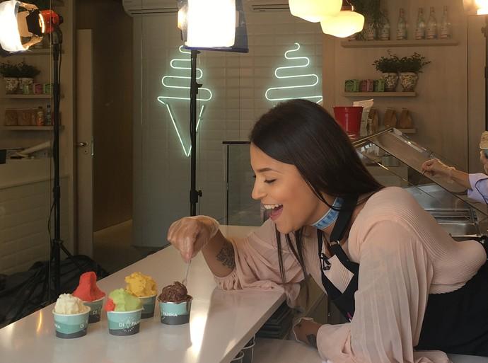 Jacqueline não resistiu às opções de gelato (Foto: RBS TV/Divulgação )
