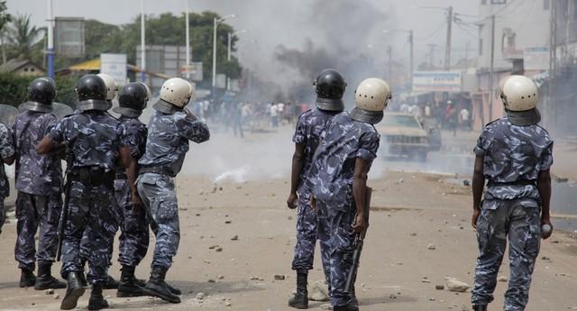 Enfrentamentos entre as forças de segurança e manifestantes partidários da oposição nos dias 21, 22 e 23 de agosto, em Togo (Foto: AP Photo/Erick Kaglan)