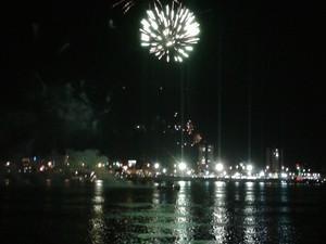 Show pirotécnico aconteceu às margens do Rio São Francisco. (Foto: Amanda Franco/G1)