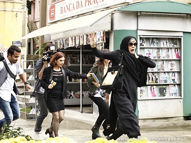 Bárbara é descoberta pela equipe de Sueli e tenta fugir (Foto: Sangue Bom/TV Globo)
