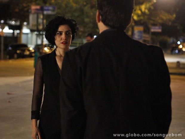 Verônica, de Palmira, conversa com Érico, mas Renata chega... (Foto: Sangue Bom / TV Globo)