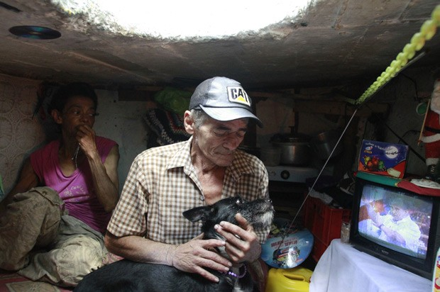 Casal vive em bueiro na Colômbia (Foto: Albeiro Lopera/Reuters)