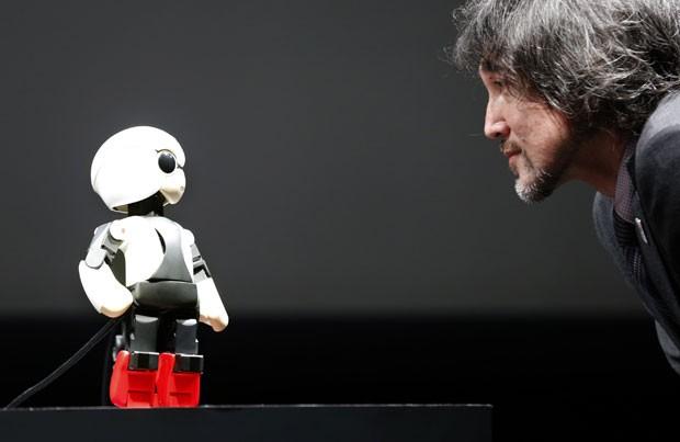 Criador do Kirobo conversa em ele em demonstração no Japão (Foto: Shizuo Kambayashi/AP)