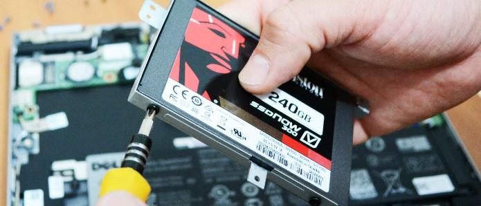 Encaixe o SSD no suporte e parafuse o mesmo, antes de acomodá-lo no notebook (Foto: Reprodução/Adriano Hamaguchi)