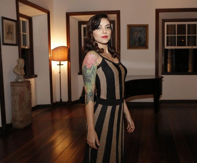 Letícia Persiles exibe sua tatuagem  (Foto: Fábio Rocha/Gshow)