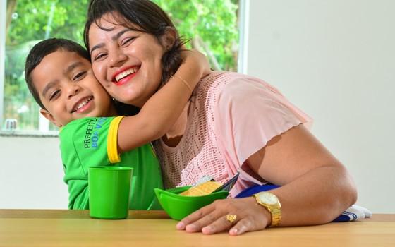 """""""A leitura estimulou muito o desenvolvimento do meu filho"""", diz Regilda de Sousa (Foto: Divulgação)"""