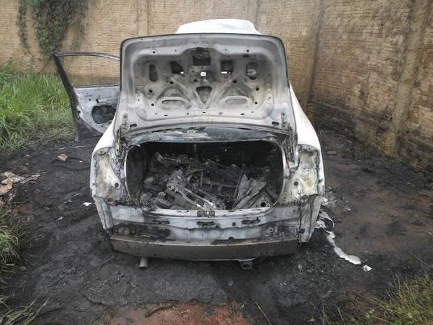 Um dos carros que teria sido usado pelos criminosos foi encontrado queimado  (Foto: Divulgação)