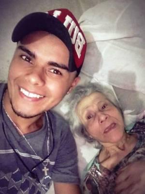 Músico comoveu web com vídeos junto a avó (Foto: Marcelo Oliveira/Arquivo Pessoal)