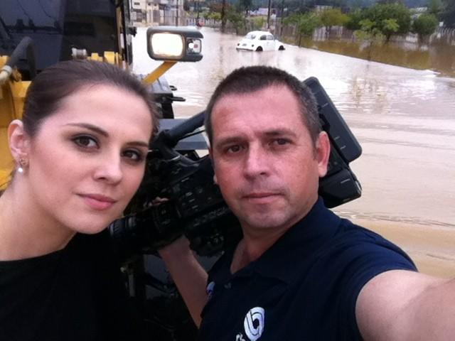 Repórter e cinegrafista foram transportados por retroescavadeira (Foto: Rivelino Rodrigues/RBS TV)