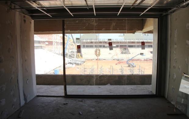 Instalação dos vidros no camarote da Arena Pantanal (Foto: Gabriela Sant'Ana)