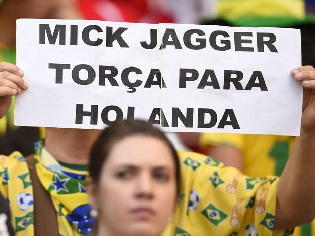 Sabendo da fama de 'pé-frio' de Mick Jagger, torcedor brasileiro manda recado ao cantor do Rolling Stones durante jogo entre Inglaterra e Costa Rica no Mineirão (Foto: Fabrice Coffrini/AFP)