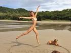 Gisele Bündchen posa de biquíni e mostra carinho com fãs
