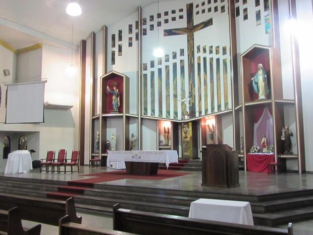 Bebê foi deixado em sacola no chão da igreja, em frente ao altar  (Foto: Igreja Matriz Senhor Bom Jesus de Nazaré/Divulgação)