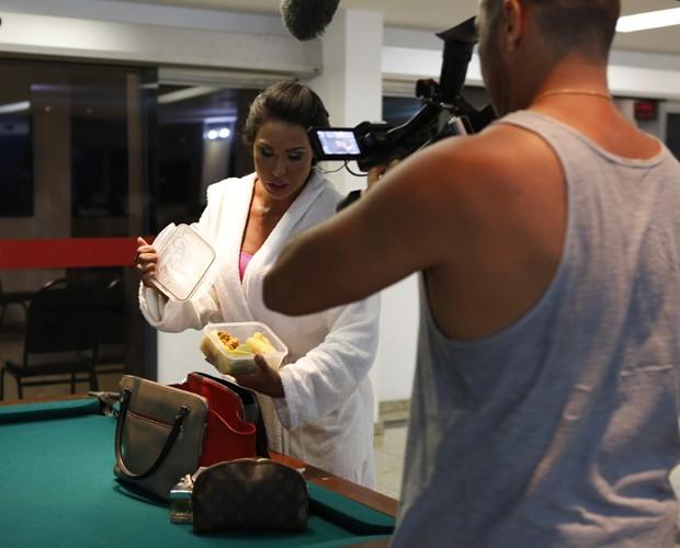 Nos bastidores, Gracy mostra detalhes da marmita  (Foto: Ellen Soares/Gshow)
