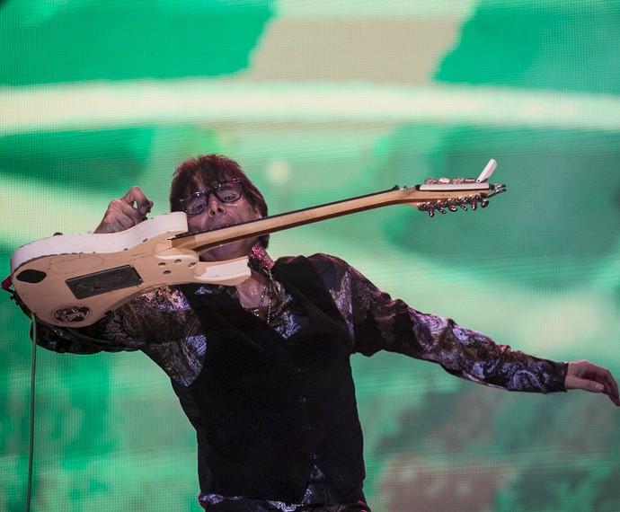 O público vibrou com os solos de Steve Vai (Foto: Inácio Moares/Gshow)
