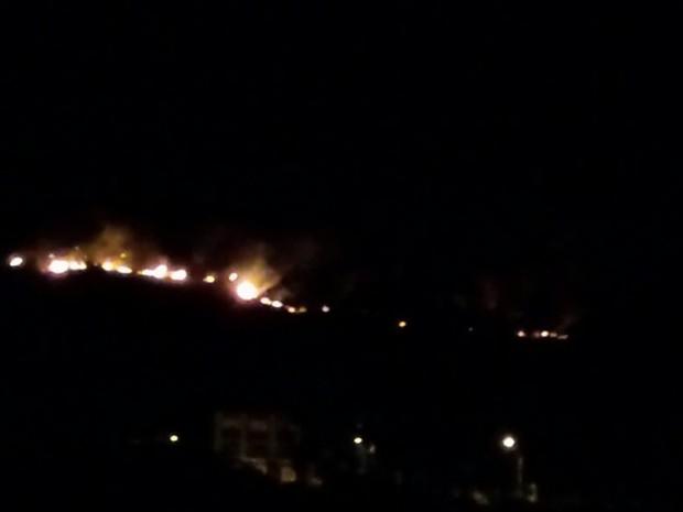 Incêndio em vegetação na Zona Sul de Porto Alegre (Foto: Jonas Campos/RBS TV)