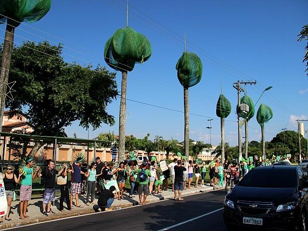 Protesto reuniu mais de 100 pessoas (Foto: Marcos Dantas/G1 AM)