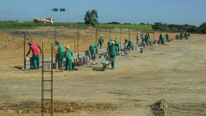 Atualmente cerca de 50 operários trabalham no Ninho do Galo (Foto: Denison Roma/GloboEsporte.com)