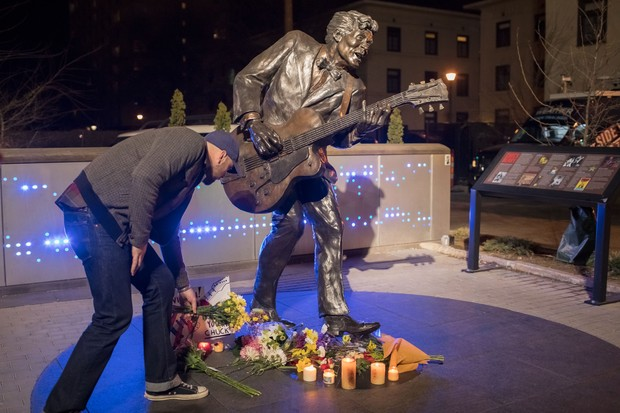 Fãs prestam homenagens a  Chuck Berry  (Foto: Whitney Curtis / GETTY IMAGES NORTH AMERICA / AFP)