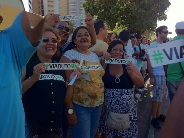 Grupo protesta a favor dos viadutos em Fortaleza (Foto: Gioras Xerez)
