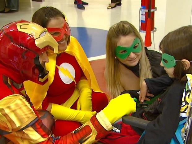 Grupo de super-heróis vai a hospital e alegra crianças que tratam câncer (Foto: Reprodução/ EPTV)