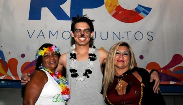 Vera Lucia, Vitor Herinque e Rosi dos Santos curtiram o Carnaval mesmo com a forte chuva (Foto: Roger Santmor/RPC)