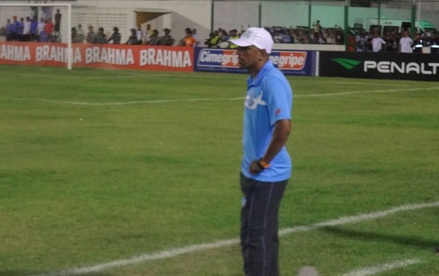 Técnico Lecheva durante a partida contra o Macaé, na Arena Verde, em Paragominas-PA (Foto: Gustavo Pêna/GLOBOESPORTE.COM)