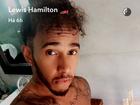 Lewis Hamilton sensualiza só de toalha e exibe tanquinho em selfies