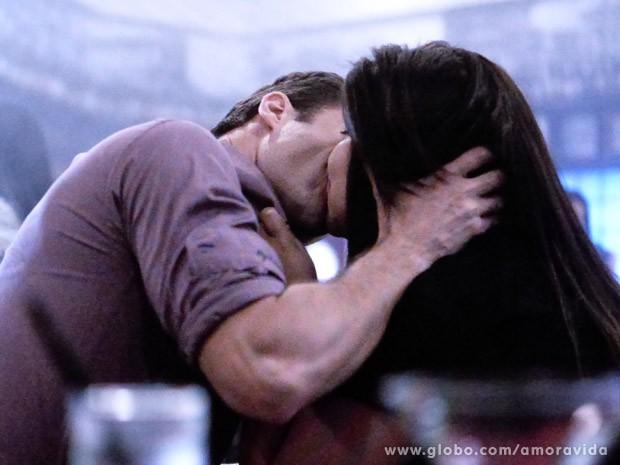 Pérsefone e Vanderlei se beijam (Foto: Amor à Vida/ TV Globo)