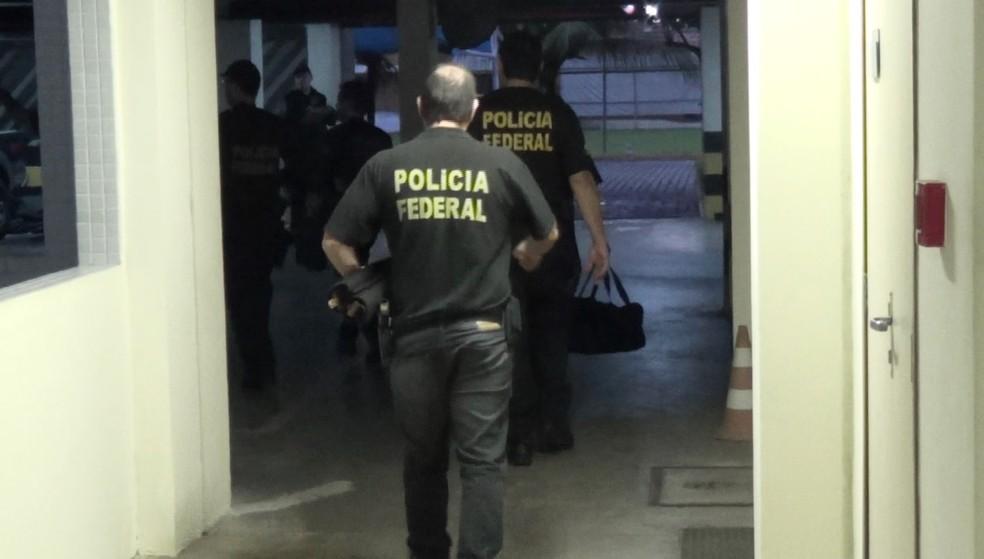 De volta à sede da PF, em Natal, agentes carregam material apreendido durante o cumprimento dos mandados (Foto: PF/Divulgação)