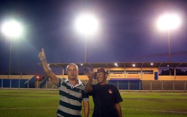 Presidente da Funesp testa iluminação do Jacques da Luz (Foto: Divulgação/Funesp)