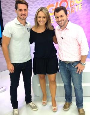Sávio com os apresentadores Suyanne e Giovani, no estúdio do Globo Esporte (Foto:  José Bernardino/RBS TV)