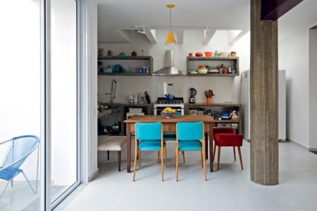 A garagem foi transformada em cozinha.  (Foto: Maíra Acayaba)