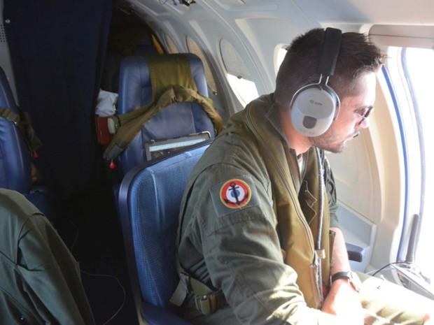 Membro das forças navais da França decola em avião militar para participar de operação de busca pelo avião desaparecido da EgyptAir (Foto: SIRPA / AFP)