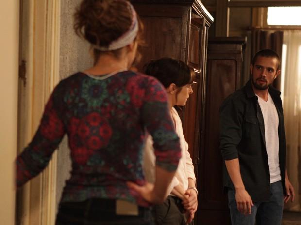 Cora é flagrada ouvindo atrás da porta (Foto: Pedro Curi/Gshow)